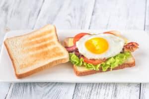 Receta de Sándwich de Huevo con Tocino